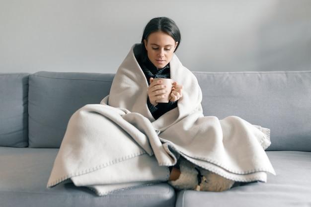Jesieni zimy portreta młoda dziewczyna odpoczywa w domu
