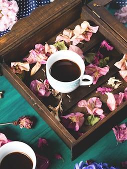 Jesienią poczujesz martwą naturę przy filiżance kawy espresso
