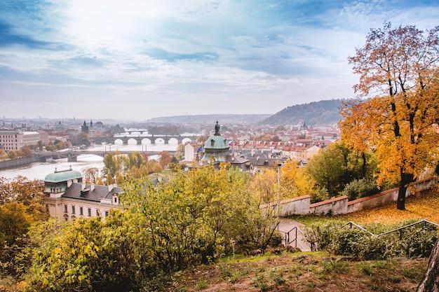 Jesienią w pradze z widokiem na historyczne miasto
