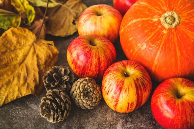 Jesienią zestaw z suszonych liści i jabłek