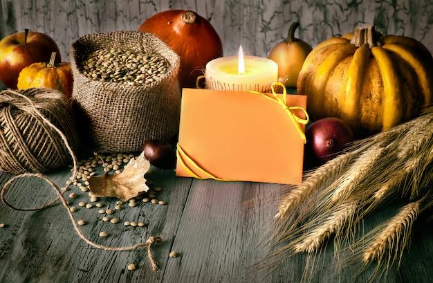 """Jesienna aranżacja na drewnie i powitanie """"happy thanksgiving"""" na karcie"""