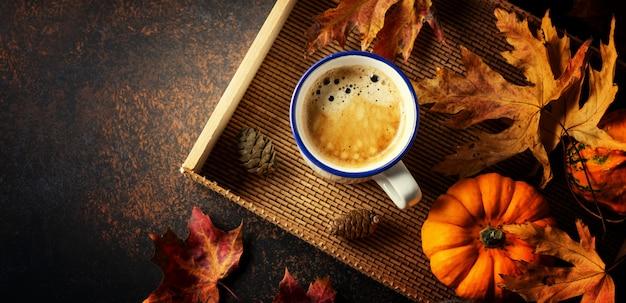 Jesienna aranżacja z kawą i dynią