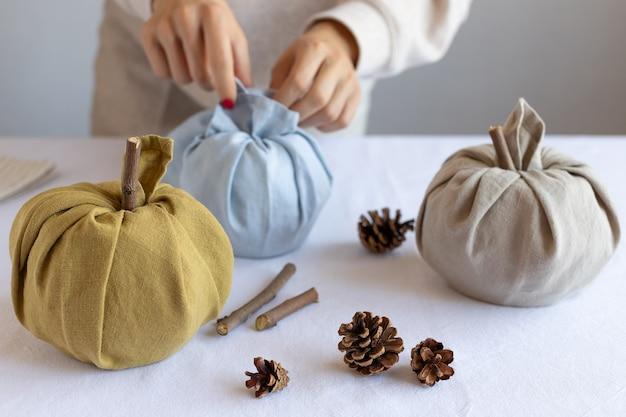 Jesienna dekoracja z ręcznie robionymi dyniami z tkaniny diy dekoracje na święto dziękczynienia i halloween