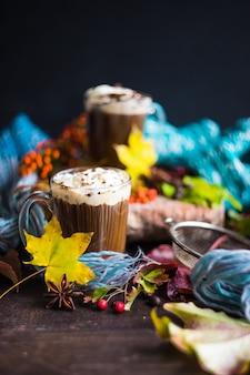 Jesienna dekoracja z żółtymi liśćmi i kawą