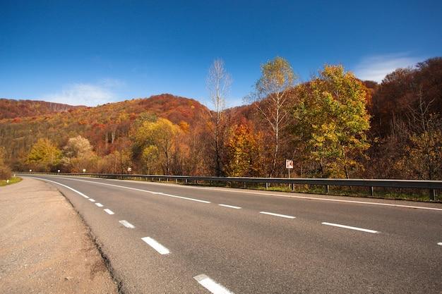 Jesienna droga między górami w karpatach