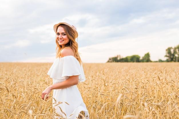 Jesienna dziewczyna z przyrodą na polu. bezpłatna szczęśliwa kobieta.