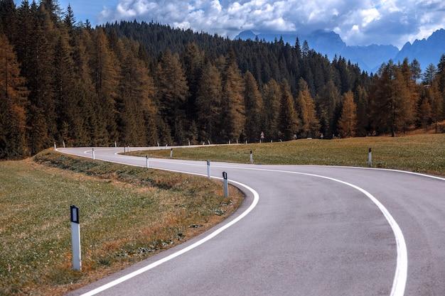 Jesienna górska droga w górach dolomity, włochy