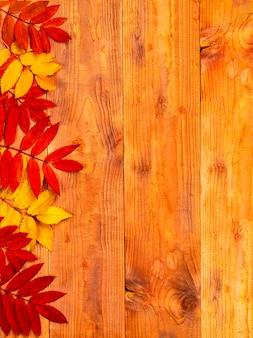 Jesienna granica z liści na podłoże drewniane