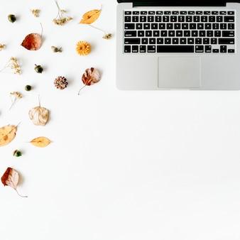 Jesienna jesień leżała płasko, biurko do pracy w domu z widokiem z góry. obszar roboczy z laptopem, żołądź, żółte liście na białym tle