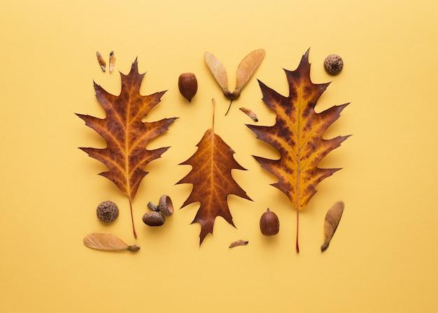 Jesienna kartka z kompozycją opadłych liści