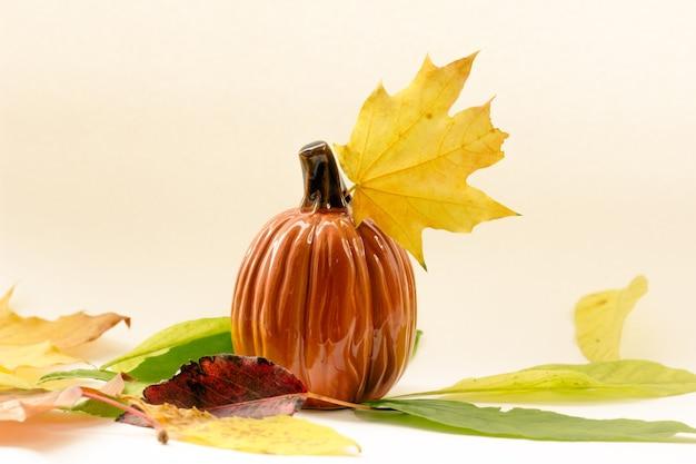 Jesienna kompozycja dyni i jesienne liście na białym tle