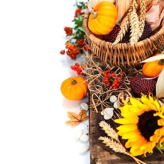 Jesienna kompozycja. dynie i kukurydza na starym drewnianym stole. koncepcja święto dziękczynienia