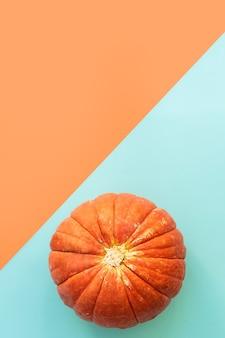 Jesienna kompozycja. dynie na niebiesko i pomarańczowo