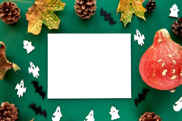 Jesienna kompozycja. dynie, suszone liście i tło dekoracyjne duchy i nietoperze. papier pusty szablon jesień, jesień, halloween, koncepcja dziękczynienia. płaski układ, widok z góry, kopia tła miejsca