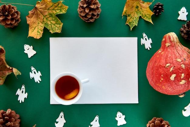 Jesienna kompozycja. dynie, suszone liście i tło dekoracyjne duchy. papier pusty szablon jesień, jesień, halloween, koncepcja święto dziękczynienia zbiorów. płaski układ, widok z góry, kopia tła miejsca