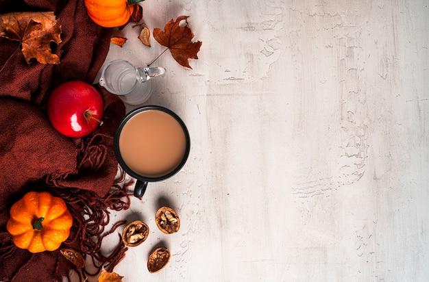 Jesienna kompozycja. filiżanka kawy z mlekiem, kobiecy sweter, jesienne liście. płaski świeckich, widok z góry, kopia przestrzeń. zdjęcie wysokiej jakości