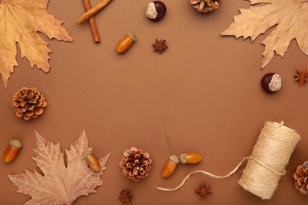 Jesienna kompozycja. jesienne liście i kukurydza, szyszka, anyż. leżał płasko, widok z góry, miejsce na kopię