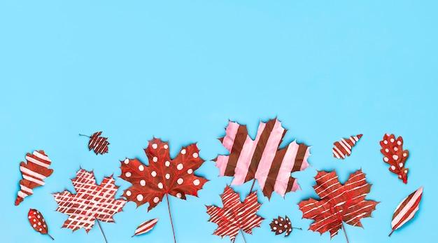 Jesienna kompozycja liści klonu z dębem malowanym w białe paski i groszki