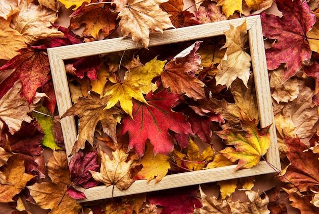 Jesienna kompozycja liści z ramą na zdjęcia.