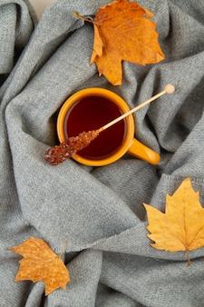 Jesienna kompozycja na płasko leżącą herbatę i ciepły wełniany szalik