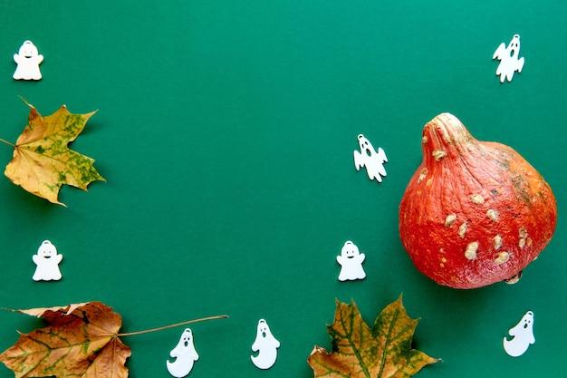 Jesienna kompozycja. rama wykonana z dyni, suszonych liści i dekoracyjnego tła duchów. szablon jesień, jesień, halloween, koncepcja święto dziękczynienia zbiorów. płaski układ, widok z góry, kopia tła miejsca