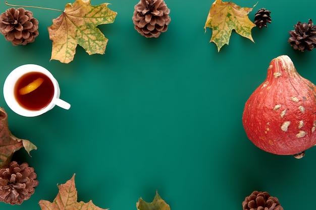 Jesienna kompozycja. rama wykonana z dyni, suszonych liści, szyszek i tła filiżanki tes. szablon jesień, jesień, halloween, koncepcja święto dziękczynienia zbiorów. płaski układ, widok z góry, kopia tła miejsca