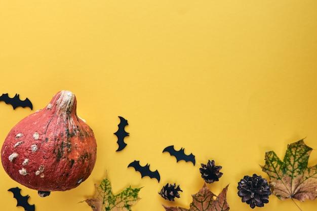 Jesienna kompozycja. rama wykonana z dyni, suszonych liści, szyszek sosnowych i tła nietoperzy. szablon jesień, jesień, halloween, koncepcja święto dziękczynienia zbiorów. płaski układanie, widok z góry, skopiuj baner kosmiczny