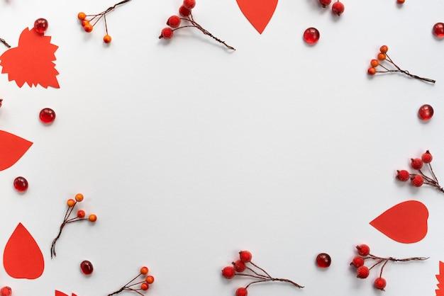 Jesienna kompozycja ramki papier kolorowe liście gałęzie jagody