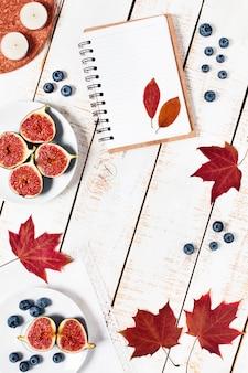 Jesienna kompozycja. widok z góry fig, jagód i innych przedmiotów jesiennych.