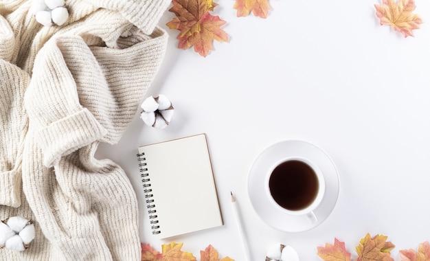 Jesienna kompozycja z bawełnianymi kwiatami i suchymi liśćmi
