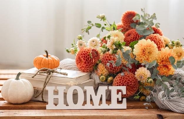 Jesienna kompozycja z bukietem chryzantem i ozdobnym słowem home