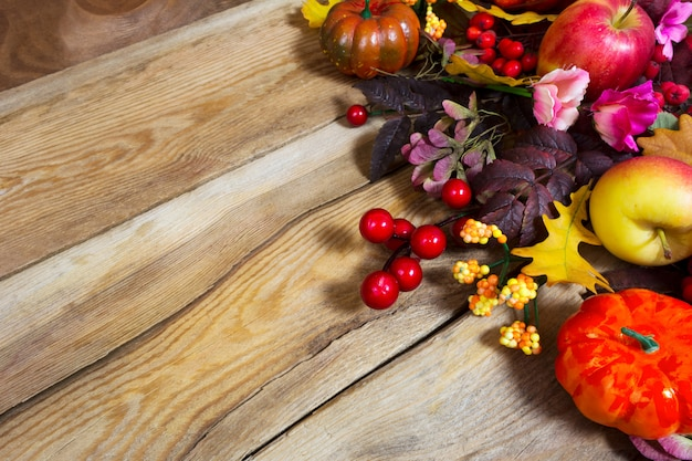 Jesienna kompozycja z dyniami i różowymi kwiatami,
