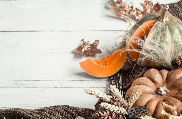 Jesienna kompozycja z elementami dekoracyjnymi i baniami