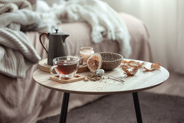 Jesienna kompozycja z filiżanką herbaty czajniczek i jesienny wystrój domu
