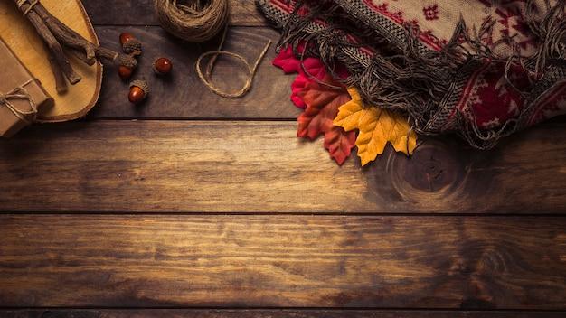 Jesienna kompozycja z liśćmi i kocem
