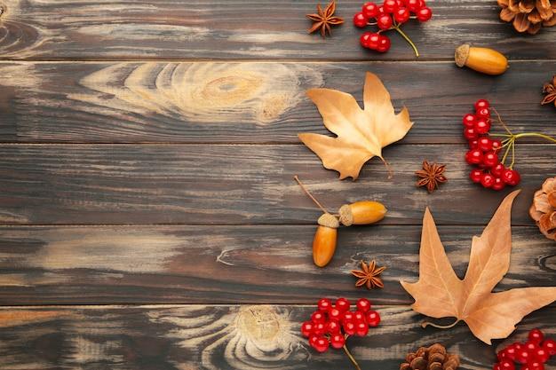 Jesienna kompozycja z miejsca na kopię. jesienne liście i kukurydza, szyszka, anyż. leżał płasko, widok z góry, miejsce na kopię