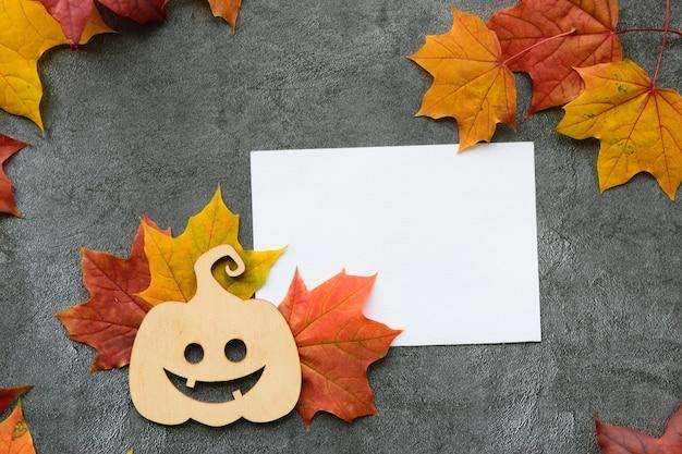 Jesienna kompozycja z suchymi liśćmi