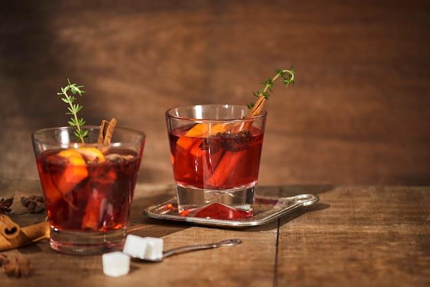 Jesienna koncepcja z filiżanką herbaty z cytryną, laską cynamonu i gwiazdką anyżu na rustykalnej drewnianej powierzchni