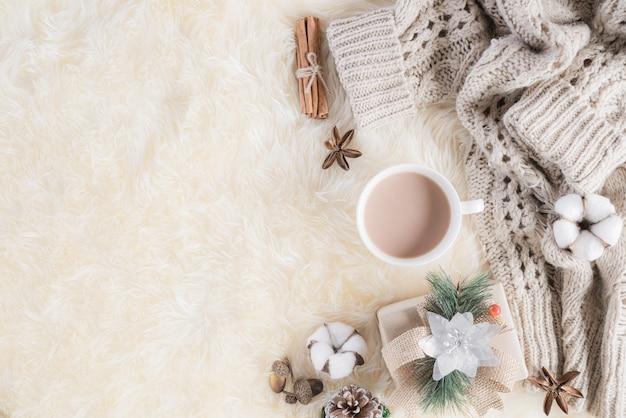 Jesienna lub zimowa kompozycja na kremowym kolorze szarym