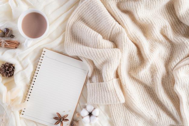 Jesienna lub zimowa kompozycja z copyspace.