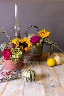 Jesienna martwa natura z dyniami i kwiatami