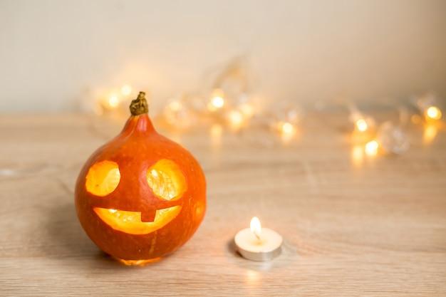 Jesienna minimalna kompozycja. koncepcja wakacje dziękczynienia. ramka na zdjęcia, dynia na białym tle. widok z przodu, miejsce na kopię. zdjęcie wysokiej jakości