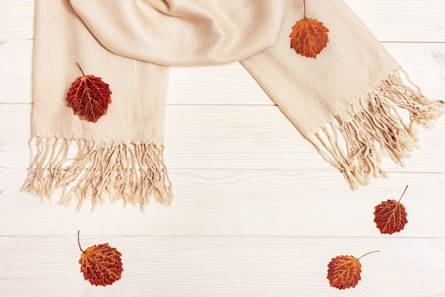 Jesienna płaska leżanka, czerwone jesienne liście sezonowe osiki, szalik z tkaniny