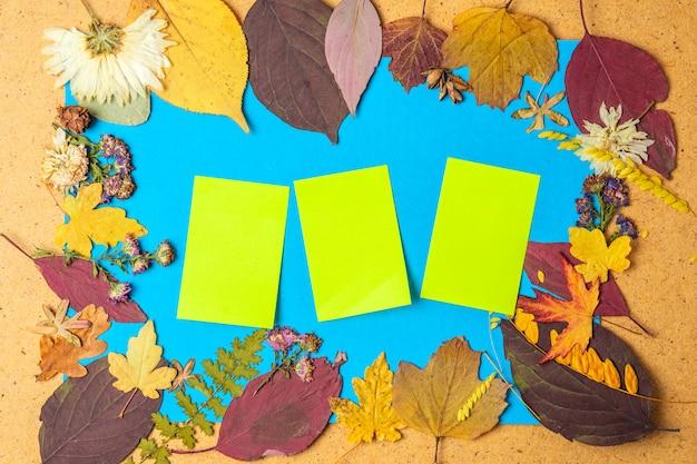 Jesienna rama z naklejkami we wnętrzu suchych liści