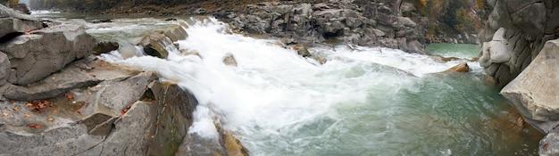 Jesienna rzeka górska viev z wodospadem i mostem molo (ukraina, jaremcha). dziewięć zdjęć kompozytowych.