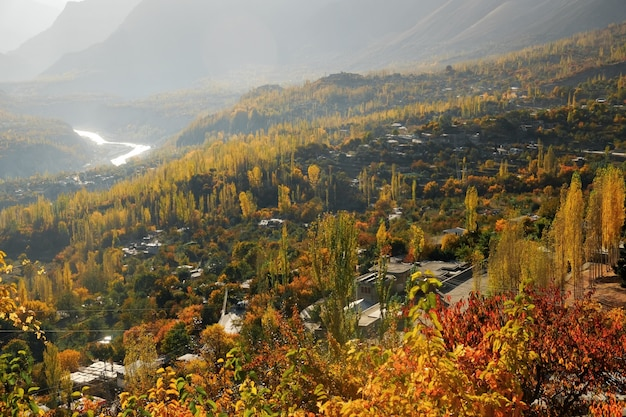 Jesienna scena doliny hunza rano. gilgit-baltistan, pakistan.