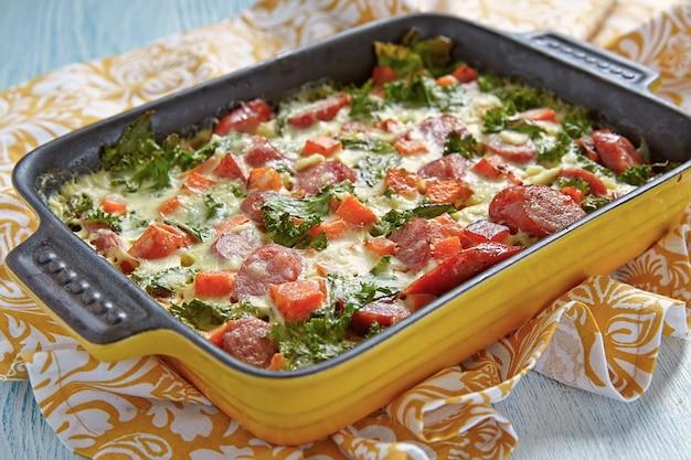 Jesienna zapiekanka z batatem, jarmużem i kiełbasą