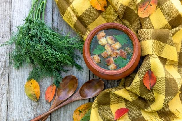 Jesienna zupa na drewnianym stole.