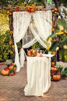 Jesienne dekoracje na ceremonię ślubną.
