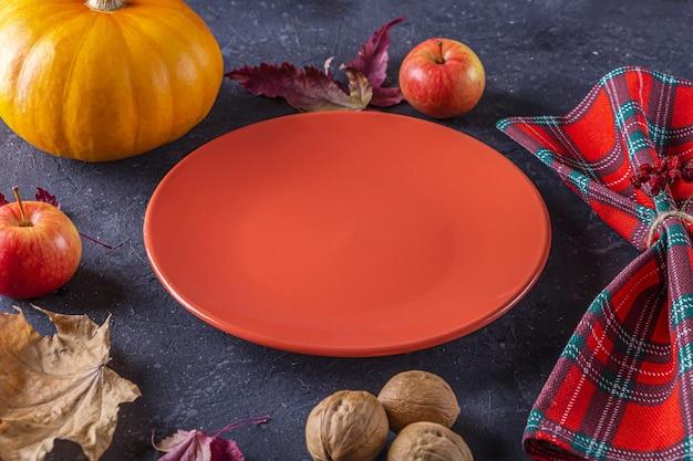 Jesienne dożynki i nakrycie stołu w święto dziękczynienia.